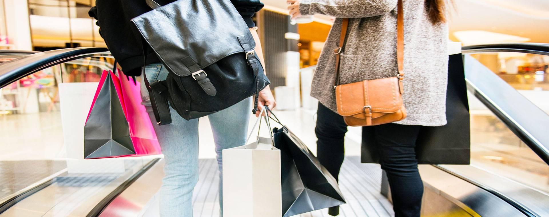 pessoas em uma escada rolante de shopping