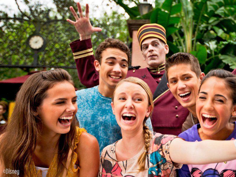 grupo de adolescentes e jovens em uma viagem para a disney