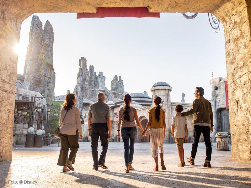 família visitando a atração mais esperada da Disney nos últimos tempos: Star Wars: Galaxy's Edge