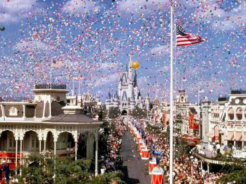inauguração do Walt Disney World com o castelo da Cinderela ao fundo
