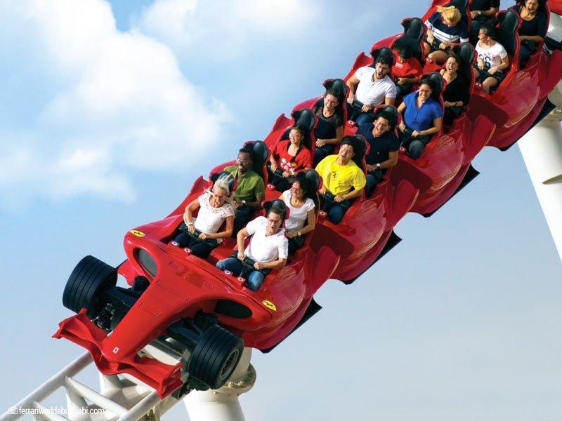 a montanha-russa formula rossa é uma das atrações do Ferrari World
