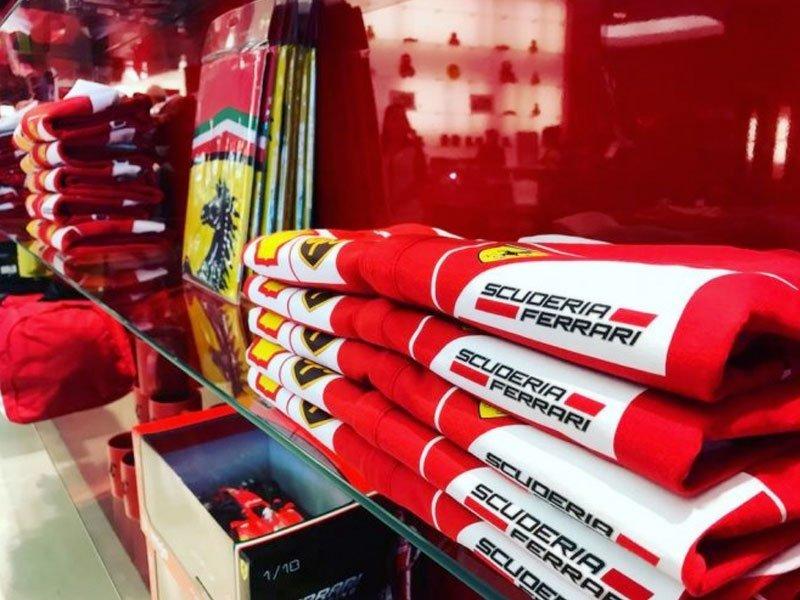 loja de produtos oficiais da Ferrari, dentro do parque temático Ferrari World em Abu Dhabi